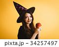 ハロウィン 魔女の仮装 若い女性 34257497