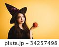 ハロウィン 魔女の仮装 若い女性 34257498