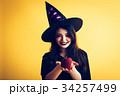 ハロウィン 魔女の仮装 若い女性 34257499