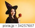 ハロウィン 魔女の仮装の女の子 34257607