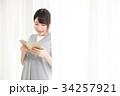 読書をする女性 34257921