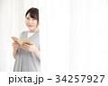 読書をする女性 34257927