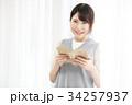 読書をする女性 34257937