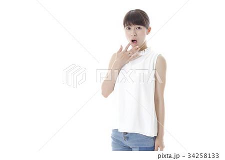 驚いた若い女性 34258133