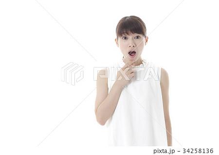 驚いた若い女性 34258136