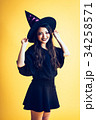 ハロウィン 魔女のコスプレをした女の子 34258571