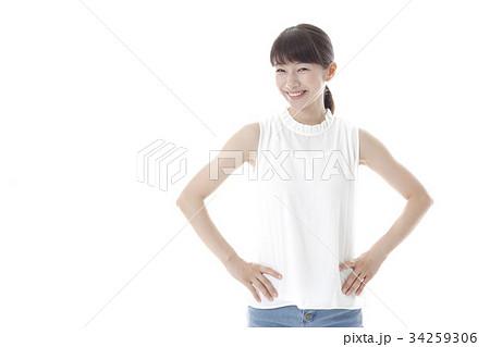 ナチュラルな表情の女性 34259306