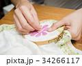 刺繍をする女性の手元 34266117