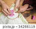 刺繍をする女性の手元 34266119
