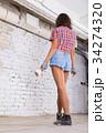 女性 かべ 若いの写真 34274320
