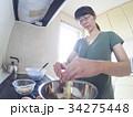 家庭での調理シーン(卵を割る) 34275448
