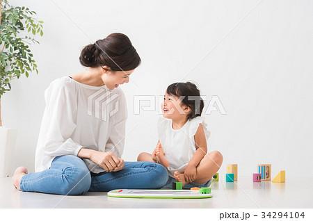 室内で遊ぶ親子 34294104