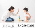 室内で遊ぶ親子 34294109