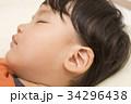 幼児 寝顔 耳のクローズアップ 34296438