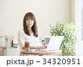 カフェ 女性 ノートパソコンの写真 34320951