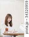 カフェ 女性 ノートパソコンの写真 34320959