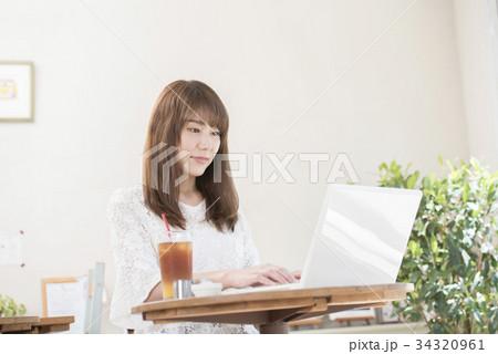 カフェでパソコンをする女性 34320961