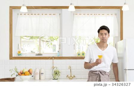 キッチンで怒った表情をする中年男性 34326327