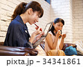 メイク 化粧 メイク直し 友達 友人 女性 ロビー 撮影協力:TENOHA DAIKANYAMA 34341861