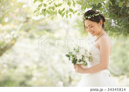 ウェディングドレスの女性 花嫁 結婚 34345814