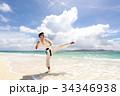 南国の美しいビーチで鍛える男性 34346938