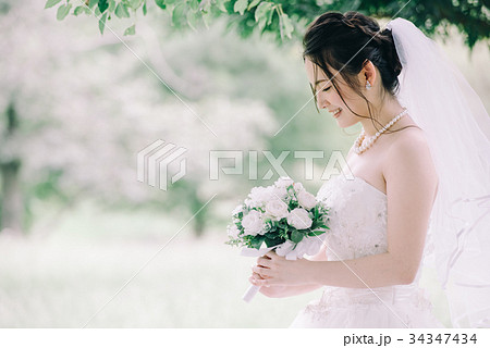 ウェディングドレスの女性 結婚 ブライダル 34347434