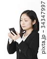 スマホと若い女性 34347997