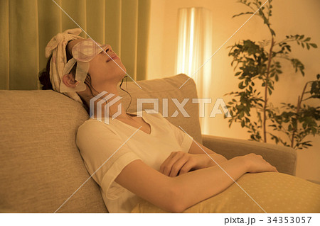 夜ホットアイマスクをする女性 34353057