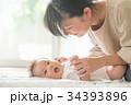 赤ちゃんをあやすママ 笑顔 34393896