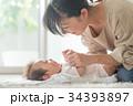 赤ちゃんをあやすママ 笑顔 34393897