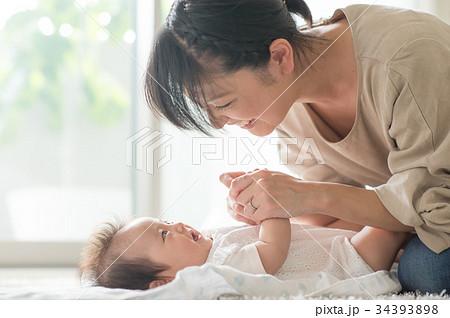 赤ちゃんをあやすママ 笑顔 34393898