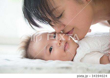 赤ちゃんの頬にキスするママ  34394024