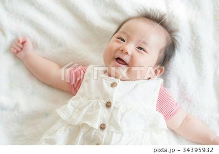 笑顔の赤ちゃん 女の子 34395932