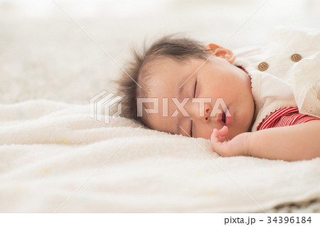 お昼寝する赤ちゃん 女の子 34396184