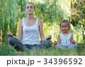 娘 瞑想する おかあさんの写真 34396592