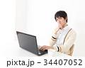 パソコンをしながら悩む若い男性 34407052