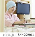 闘病生活 書きものをする女性 34422901