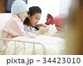 闘病中の母と病室で過ごす女の子 34423010