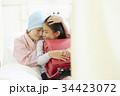 病室で一緒に過ごす闘病中の母と女の子 34423072