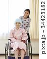 闘病生活 車椅子に乗る母と小学生の娘 34423182