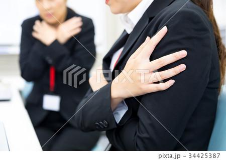 冷房が効きすぎているオフィス 寒いオフィス 女性社員 OL 新人教育 ビジネスマン サラリーマン 34425387