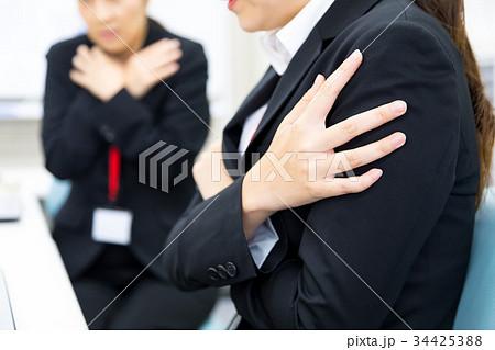 冷房が効きすぎているオフィス 寒いオフィス 女性社員 OL 新人教育 ビジネスマン サラリーマン 34425388