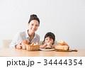 パンを頬張る子どもとママ 34444354