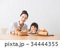 パンを頬張る子どもとママ 34444355