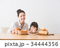 パンを頬張る子どもとママ 34444356