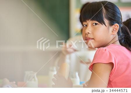 小学校 給食 昼休み 34444571