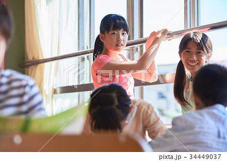 小学校 休み時間 教室 34449037