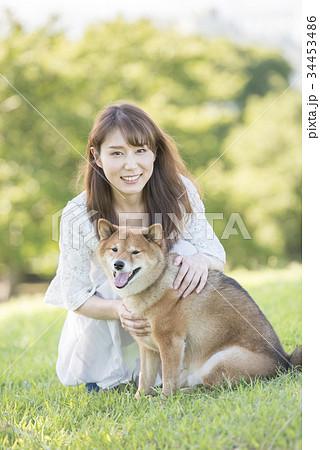 若い女性と柴犬のポートレート 34453486