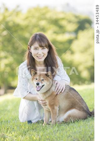 若い女性と柴犬のポートレート 34453489