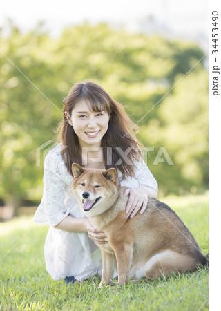 若い女性と柴犬のポートレート 34453490